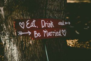 Pancarte de mariage sur un tronc